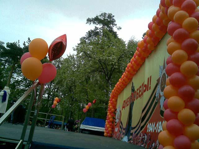 украшение шарами сцены на 9 мая