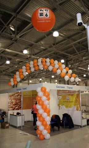 Оформление воздушными шариками выставки